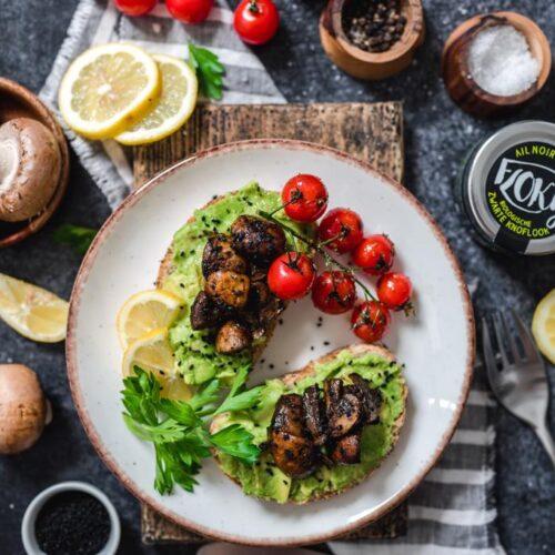 Avocado toast met zwarte knoflook
